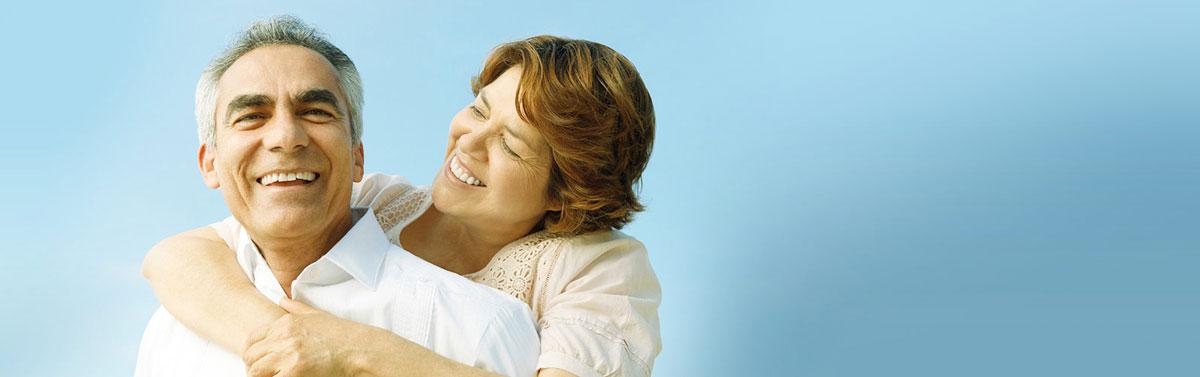 Pareja de felices jubilados gracias a la fisioterapia reumatológica